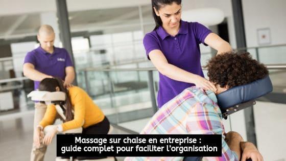 Deux massothérapeutes en entreprise qui donnent des massages à deux employées
